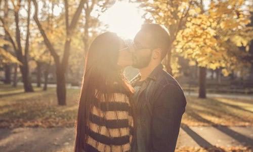 如何知道男朋友是不是想娶你 男人爱上你的10大表现