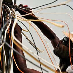 电工在修电线