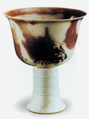 瓷器始于东汉前后.与陶器相比,不管是酿造酒具还是盛酒饮酒器具,